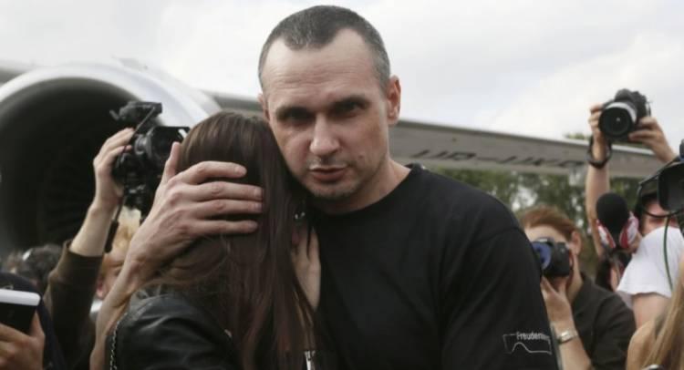 """Літак зі звільненими українцями приземлився в аеропорту """"Бориспіль"""""""